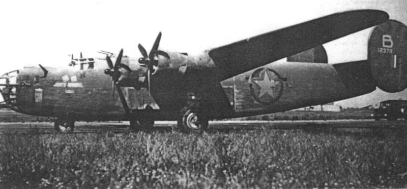 """Die in der Schweiz gelandete Liberator entsprach genau der """"Jerk`s Natural"""" einer Consolidated B-24D der 93rd Bomb Group, die Ploesti und Wiener-Neustadt überlebte und im Herbst 1943 nach Hardwick in England zurückkehrte. Die """"Death Dealer"""" trug über der Werknummer am Leitwerk den Buchstaben X. (121_1)"""