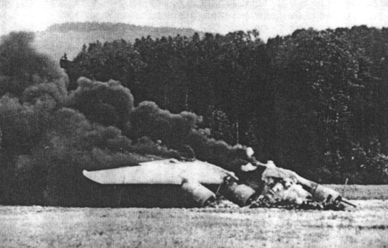 """Die durch die Besatzung in Brand gesteckte """"Death Dealer"""" kurz nach der Landung in der Schweiz. Die USAAF hatte ihren Besatzungen befohlen, ihre Flugzeuge im Notfall unter allen Umständen zu zerstören. (122_1)"""