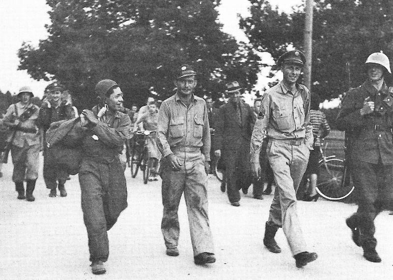 """Die """"Death Dealer""""-Besatzung wurde von der Bevölkerung freundlich aufgenommen. Im Bild von links nach rechts G. J. Frausto, T .M. Osborn und D. J. Grimes. (123_2)"""