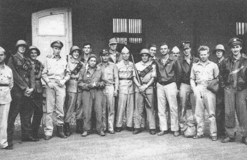 Die glückliche Besatzung stellte sich zusammen mit der Bewachungsmannschaft in Wil bereitwillig den Reportern der Lokalpresse. (124_1)