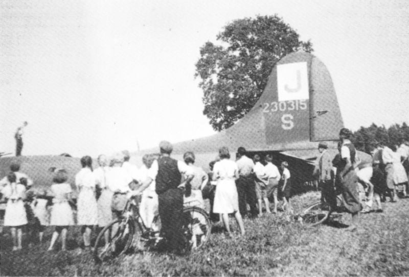 Schaulustige beim Bomber von Utzenstorf. (213_1)