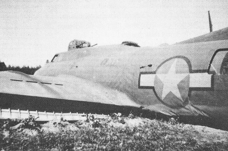 Auf diesem Bild sind deutlich die Einschüsse im Rumpf des Bombers erkennbar. (216_1)