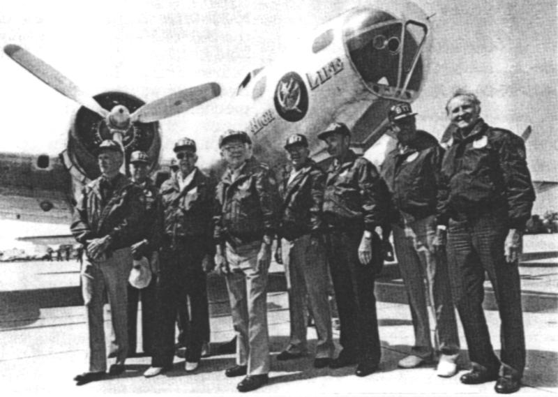 Vierzig Jahre nach dem denkwürdigen Einsatz posieren die Besatzungsmitglieder vor einer restaurierten B-17. (211_2)