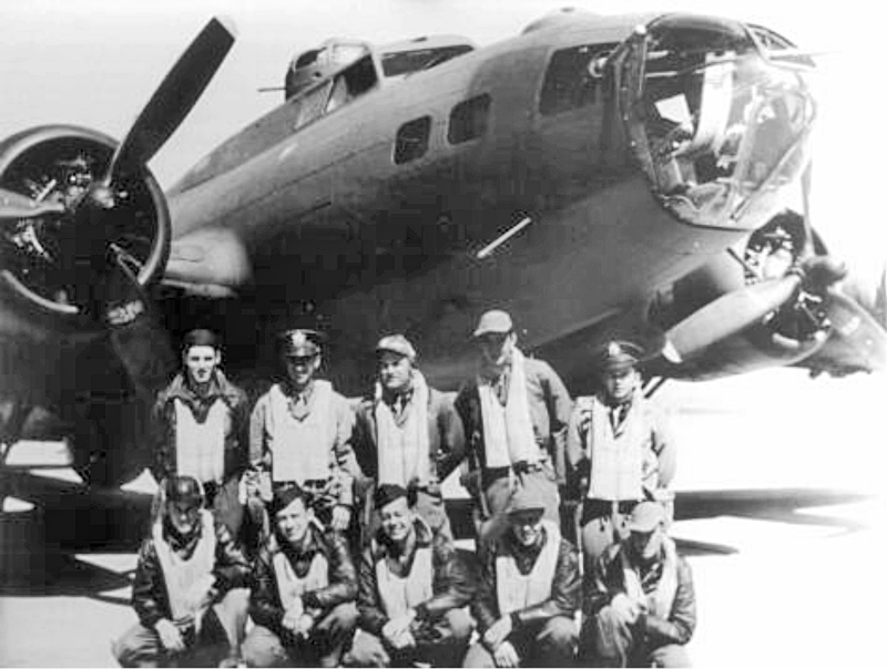 Pilot: 1st Lt Sam R. Turner, Copilot: 2nd Lt William R. Freund, Navigator: 2nd Lt Morris Weinberg, Bombardier: 2nd Lt Vance R. Boswell, Engineer: T/Sgt Harold W. Smith, Radio: T/Sgt Carmine A. Gallo, Ball Turret: S/Sgt Joseph F. Maloney - gestorben, Right Waist: S/Sgt Carter F. Thornton, Left Waist: Sgt James E. Speakman, Tail Gunner: S/Sgt De Witt J. Weir. Eine genaue Bildlegende ist leider nicht bekannt. (222_3)
