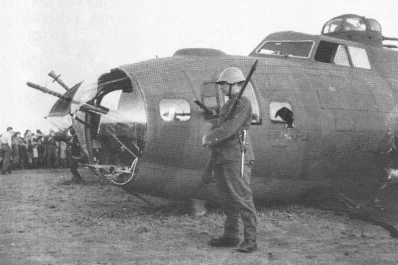 Eine Stunde nach der Notlandung: Ein Soldat bewacht die B-17 deren Bug durch ein Flabgeschoss aufgerissen wurde. (232_1)