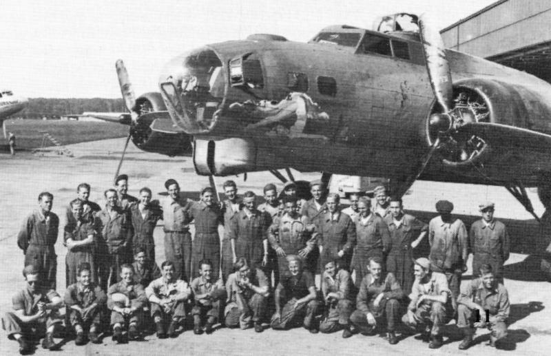Im Sommer 1945 posierte die amerikanische und die schweizerische Bodenmannschaft vor der reparierten B-17. (235_1)