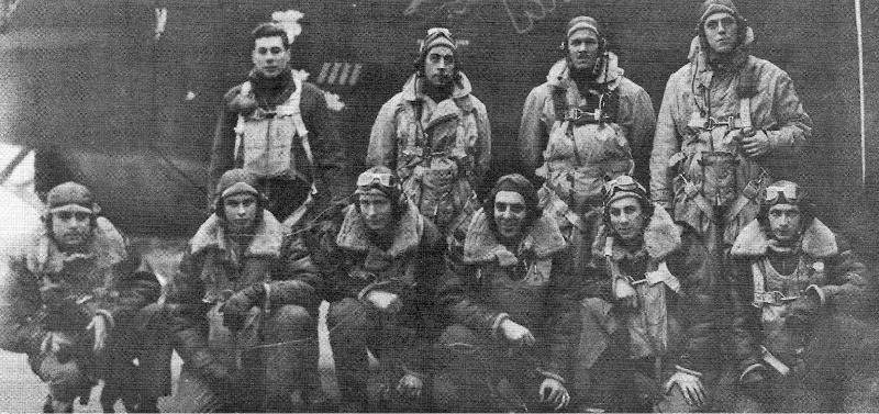 Die Besatzung von oben von links: Co-Pilot Coune, Bombenschütze Carroll, Pilot Telford, Navigator McConnell. Unten: Schütze Hancock, Bordmechaniker Culler, Schütze Hughes, Funker Testa, Schütze Petrick, Kugelturmschütze Melson (137_2)
