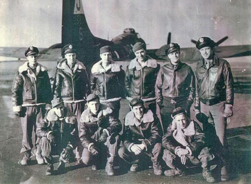 Die Crew auf ihrem Stützpunkt in Polebrook - stehend von links: Pilot - 1st Lt George W. Mears, Copilot - 1st Lt Russell E. Ward, Left Waist - S/Sgt Earl R. Echstenkamper, Engineer - T/Sgt Samuel R. Simms, Bombardier - 1st Lt Richard L. Davis, Navigator - 1st Lt James D. Mahaffey, Kniend von links: Ball Turret - S/Sgt Caleb B. Hurst, Tail Gunner - Sgt Frank L. Selover, Right Waist - S/Sgt John B. Lucas, Jr., Radio - T/Sgt Richard D. Hobt. (242_1)