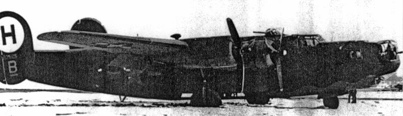 Für diese B-24 war die Piste zu kurz und das rechte Fahrwerk versank im weichen Boden. (136_1)