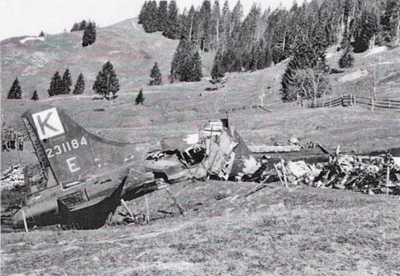 Nur das Heck überstand den Absturz einigermassen ganz. Die Besatzung verliess den Bomber bereits über Dübendorf. (245_2)