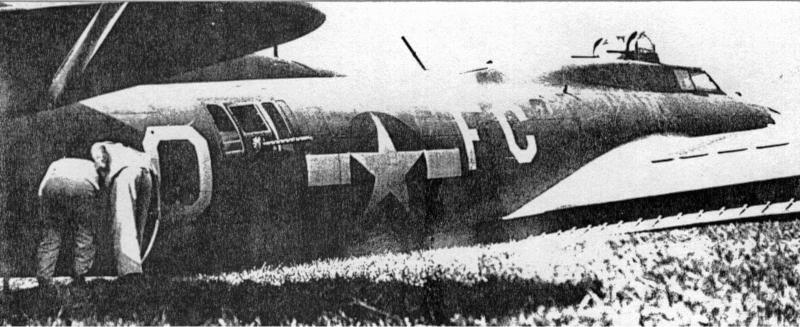 Neugierige untersuchen den notgelandeten Bomber. (247_2)