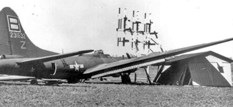 Die B-17 demolierte bei der Landung ein Radiohäuschen. (254_1)