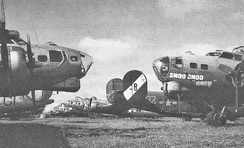 Kurz nach Kriegsende standen über hundert viermotorige Bomber am Rande des Flugplatzes Dübendorf. (260_3)