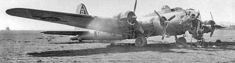 Die B-17 mit der arg beschädigten Bugsektion in Altenrhein. (258_2)