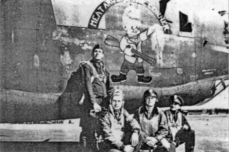 Eine Gruppe Navigatoren benutzten den Bomber als Hintergrund für ihr Foto. Auf dem Bild ist be-reits das Stinktier in der Hand des Jägers. (146-1)