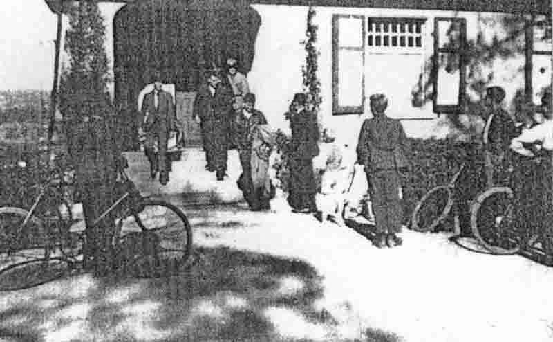 Unter Polizeischutz verlassen die notgelandeten Amerikaner die Villa Troller im Knutwiler Bad. (270_2)