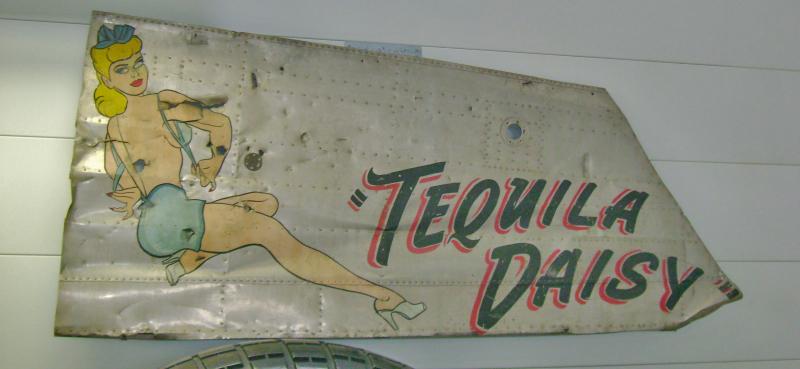 """Das Blech mit der Nose Art der """"Tequila Daisy"""" ist im Museum in Dübendorf ausgestellt. (153_2)"""