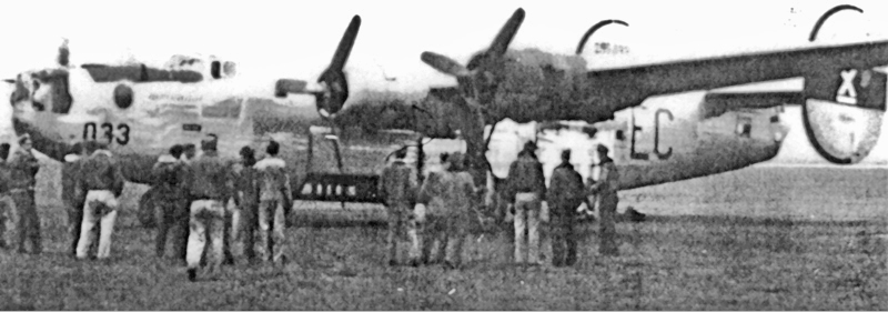 Motor Nummer Eins wurde von einer olivefarbenen Maschine übernommen, das Bugrad repariert und die Maschine war bereit für den Überflug. (155_2)