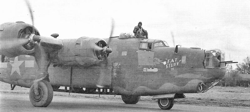 """Das Bild zeigt die """"Fat Stuff II"""" nach einem Einsatz auf der Heimatbasis Seething am 22. März 1944. Unter 2nd Lt George W. Wilson musste der Bomber am 12 .Juli 1944 in Altenrhein eine Notlandung vornehmen. Unter dem Cockpit sind die zusätzlich angebrachten Panzerplatten gut zu erkennen. (157_2)"""