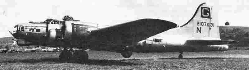 Diese B-17 hatte bereits 34 Einsätze hinter sich als sie in Dübendorf gelandet war, wie aus den 34 Bomben auf dem Rumpfbug zu erkennen ist. (277_3)
