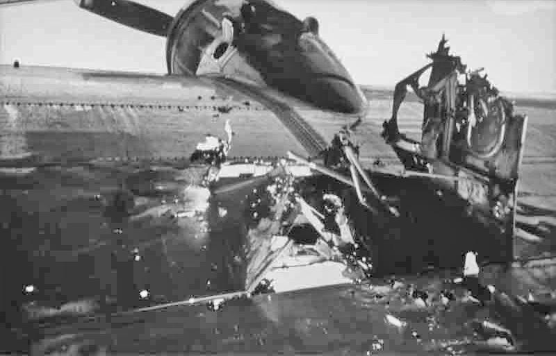 Ein grosses Loch klafft zwischen Motor 1 und 2 im Flügel. (278_3)