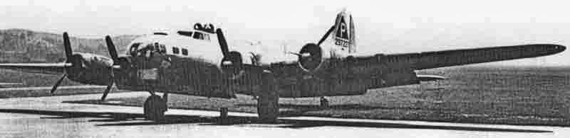 Am 19. Juli landete diese B-17 in Dübendorf, nachdem der linke Aussenmotor ausgefallen war, wie anhand des in Segelstellung gebrachten Propellers erkennbar ist. (285_1)