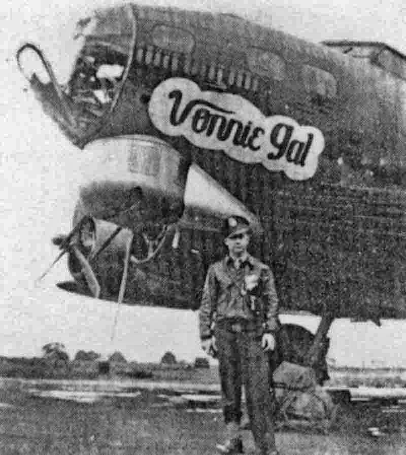 """Der in der Zwischenzeit verstorbene Bombenschütze Delmire Brown vor der """"Vonnie Gal"""". Der Kinndrehturm wurde aufgrund der Kriegserfahrungen eingebaut. (287_2)"""