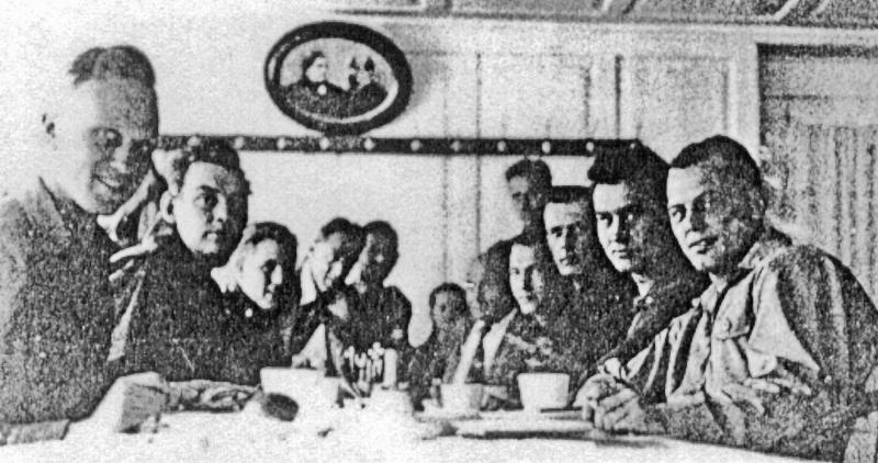 1LT John R. Anderson und seine Crew im Hotel Krone in Appenzell. (176_2)