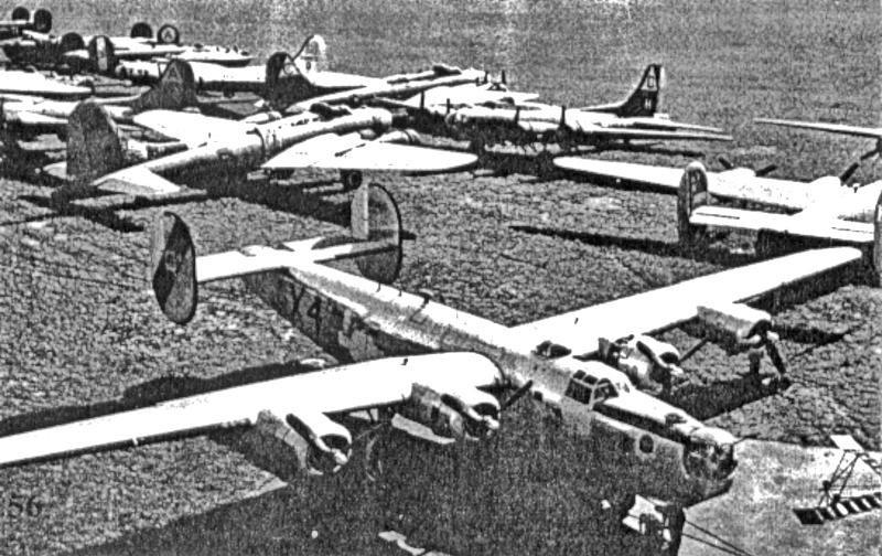 Inmitten der bereits gelandeten Bomber steht Wesson's B-24. (177_1)