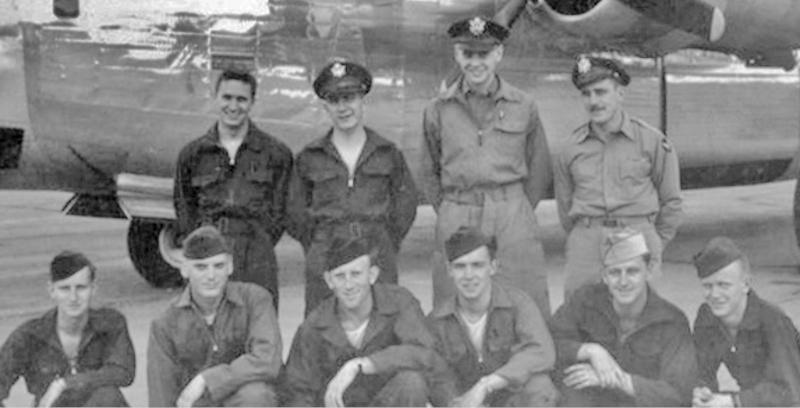 Hinten von links: Copilot - 2nd Lt Richard E. Norton; Bombardier - Thomas Schnorr, Navigator - P. A. Weiss, Pilot - 1st Lt William H. Wesson. (alle auf dem Flug in die Schweiz nicht dabei, Vorne von links: Tail Gunner - Sgt Ira W. Shattuck, Jr., Ball Turret - Sgt Gordon C. Bump, Engineer - S/Sg Eugene R. Dobbs, Radio - S/Sgt Roger W. Aten, Left Waist - Sgt Julius R. Bowman, Right Waist - Sgt Aloysius P. Ziemba, Navigator - F/O Roger W. Buckholz (nicht auf dem Bild). (177_2)