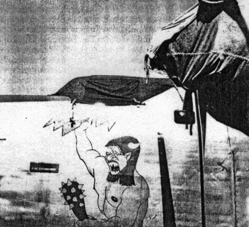 Während die Flugzeuge auf dem offenen Flugfeld abgestellt wurden, wurden das Cockpit und die Motoren mit speziellen Blachen abgedeckt. (178_2)