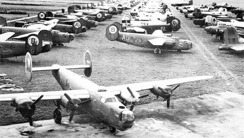 Im Vordergrund dieser geparkten Bomber ist die Maschine von Richard Huber. (182_1)