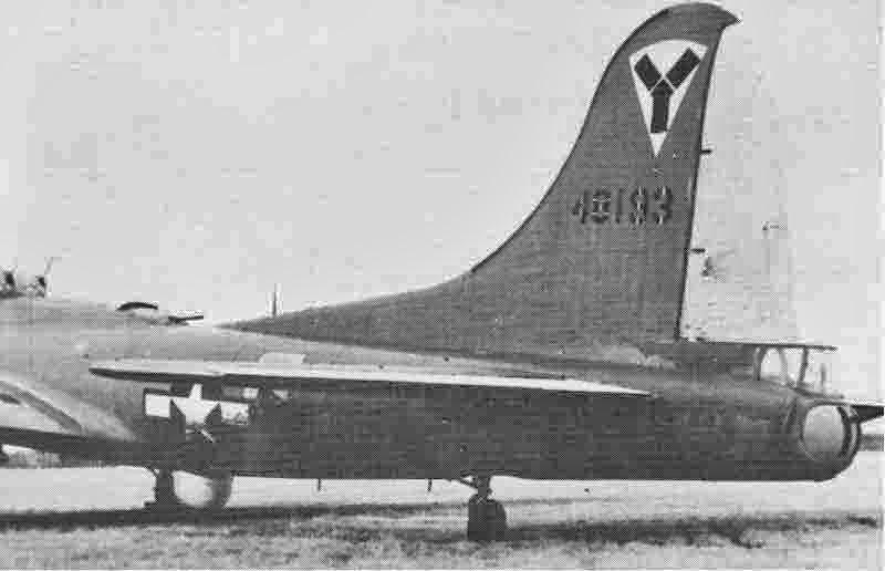 Die B-17 von Don Jacobs hatte an der Stelle des Kugelturmes einen Radardom. Seiten- und Höhensteuer waren bei dieser Führungsmaschine gelb. (298_2)