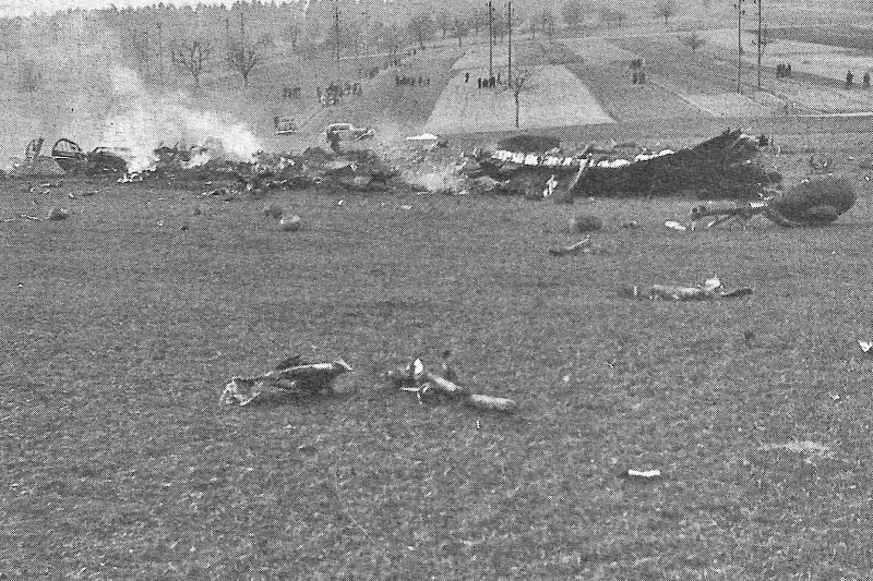 Nur rauchende nicht mehr erkennbare Teile blieben von der B-24 übrig. (187-1)