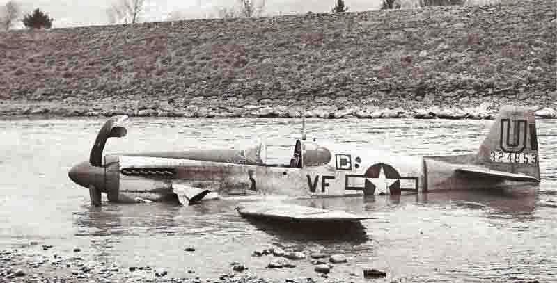 """Die """"Little Ambassador"""" nach ihrer Landung im Rheinbett. (374_1)"""