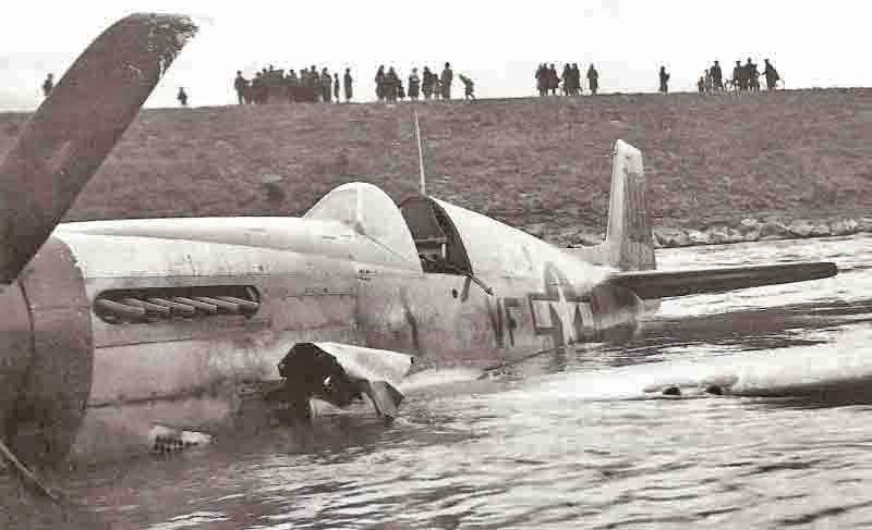 Die Landung zog zahlreiche Schaulustige an. (374_2)