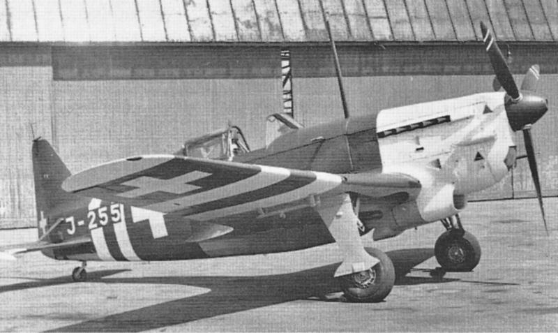 Drei D-3801 eskortierten die Liberator von Alder und Long nach Dübendorf. Der auffällige Neutralitätsanstrich wurde im September 1944 angebracht, nachdem amerikanische Jäger irrtümlicherweise zwei Me 109 abgeschossen hatten. (262)