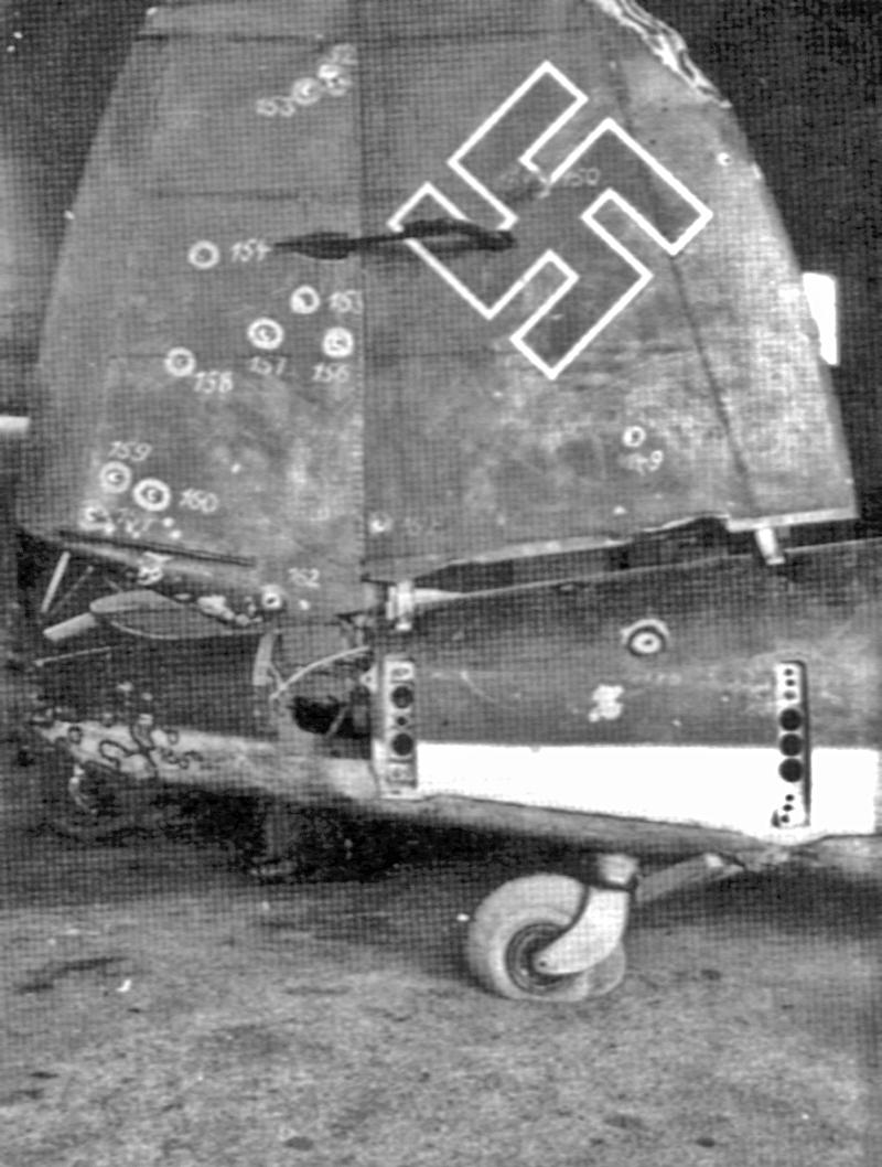 Fein säuberlich markierte die Schweizer Fliegertruppe alle Einschüsse im Seitenleitwerk der abgeschossenen He-111. (9_2)