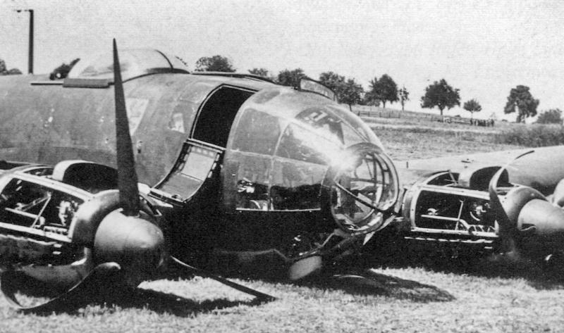 Bereits angeschlagen wurde die He-111 durch weiteren Beschuss zur Bruchlandung gezwungen. (14_2)