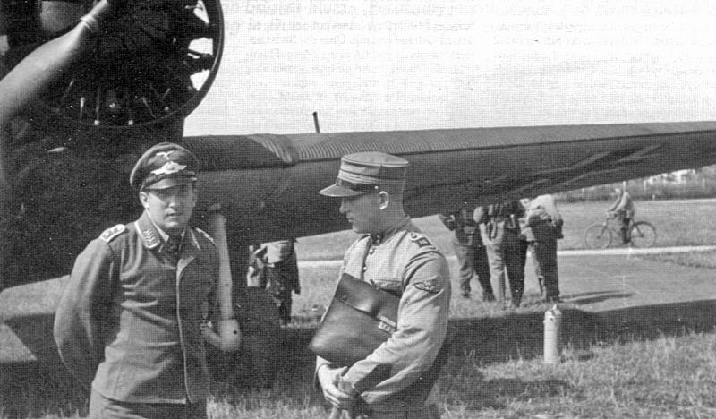 Wilhelm Filsinger (links) im Gespräch mit einem Schweizer Oberleutnant (42_1)