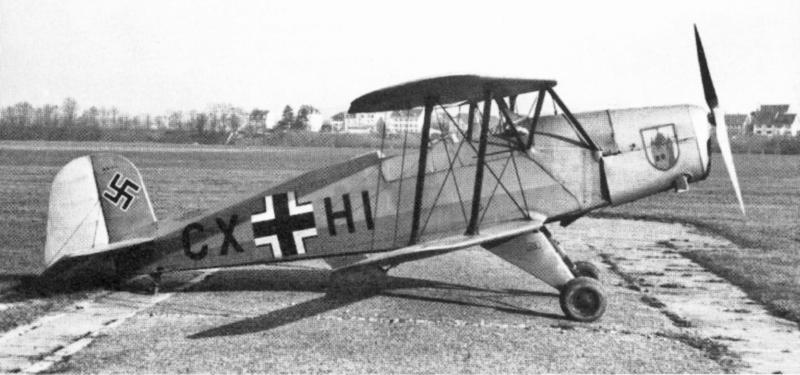 Die Bücker, die am 5. März 1943 in Birsfelden landete, trägt auf der Motorhaube das Wappen der Fliegerschule Kaufbeuren. (36_1)