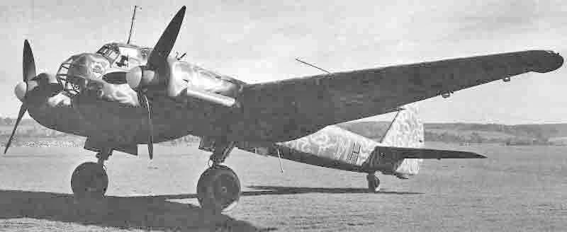 Die Ju 88A-4 kurz nach ihrer Landung in Dübendorf. Das Hakenkreuz wurde durch die Mäandertarnung teilweise überspritzt. (327_1)