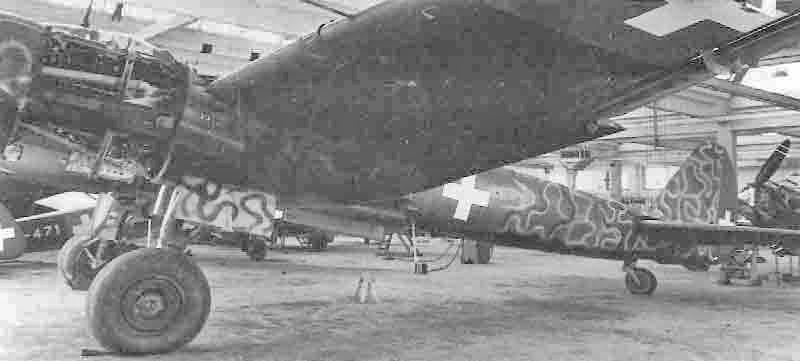 Während die Rumpfunterseiten schwarz gehalten sind, erhielten die hellblauen Fahrwerkstore lediglich ein schwarzes Schlangenmuster aufgespritzt. (331_2)