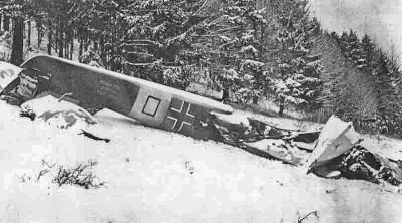 Die bis auf den Hinterrumpf vollständig zerstörte deutsche R.S.14 nach dem Absturz auf den Juraweiden bei Champoz. (343_1)