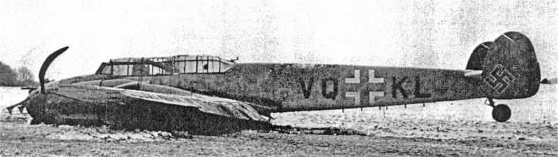 Die Bf-110 kam nach gut 50 m auf einer Wiese bei Pruntrut zum Stehen. Die Antenne des FuG202 wurde dabei abgerissen. (22_1)