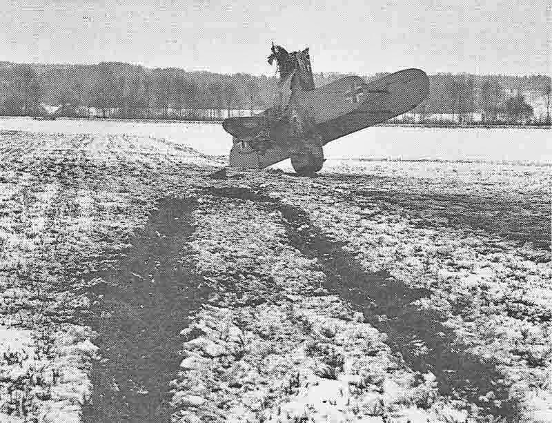 Bei der Notlandung im weichen Ackerboden überschlug sich der Fiat-Doppeldecker und blieb in der Fliegerdenkmal-Stellung liegen. Der deutsche Pilot blieb jedoch unverletzt. (323_2)