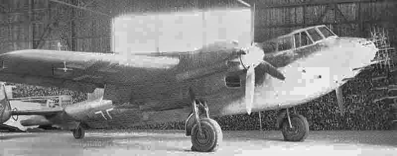 Nach der Landung in einem Schweizer Hangar. Bei dieser behelfsmässigen Nachtjäger-Version wurde die verglaste Waffenwanne auf der Unterseite des Rumpfbuges ausgebaut und durch Holzformteile ersetzt. (360_2)