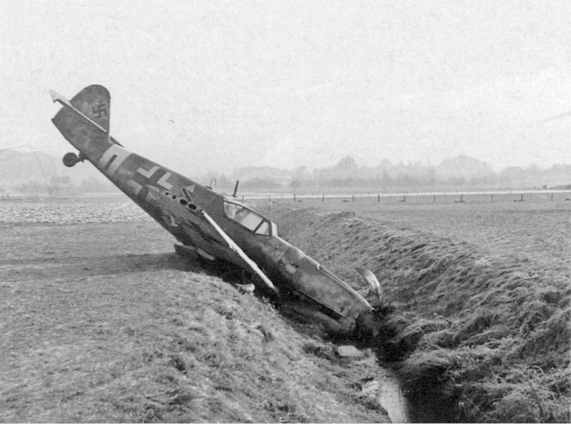 Feldwebel Siegfried Henning befand sich auf einem Überführungsflug von Erfurt in den Süddeutschen Raumals er von einer Mustang angegriffen wurde. (53_1)