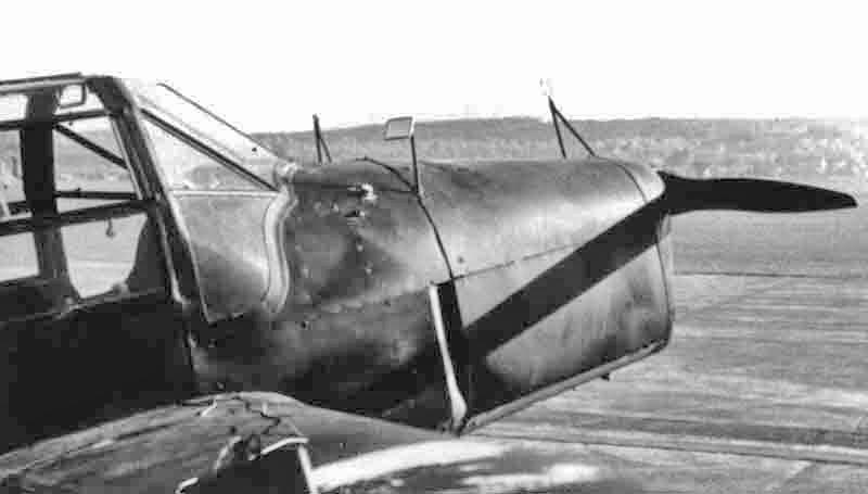 Die Zielvorrichtung auf der Motorenverkleidung samt Rückspiegel für den Beobachter. Sobald der feindliche Panzer das mit einem Fadenkreuz versehene Quadrat ausfüllte, feuerte die Besatzung wahlweise zwei oder vier Panzerfäuste ab. (352_2)