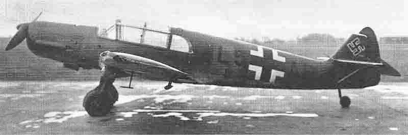 Im Gegensatz zu den in der Schweiz verwendeten Taifun verfügte die L5+AB über einen Festpropeller. Der eingedrückte Flügelrandbogen schien keine schwerwiegenden Auswirkungen auf die Flugeigenschaften gehabt zu haben. (422_1)